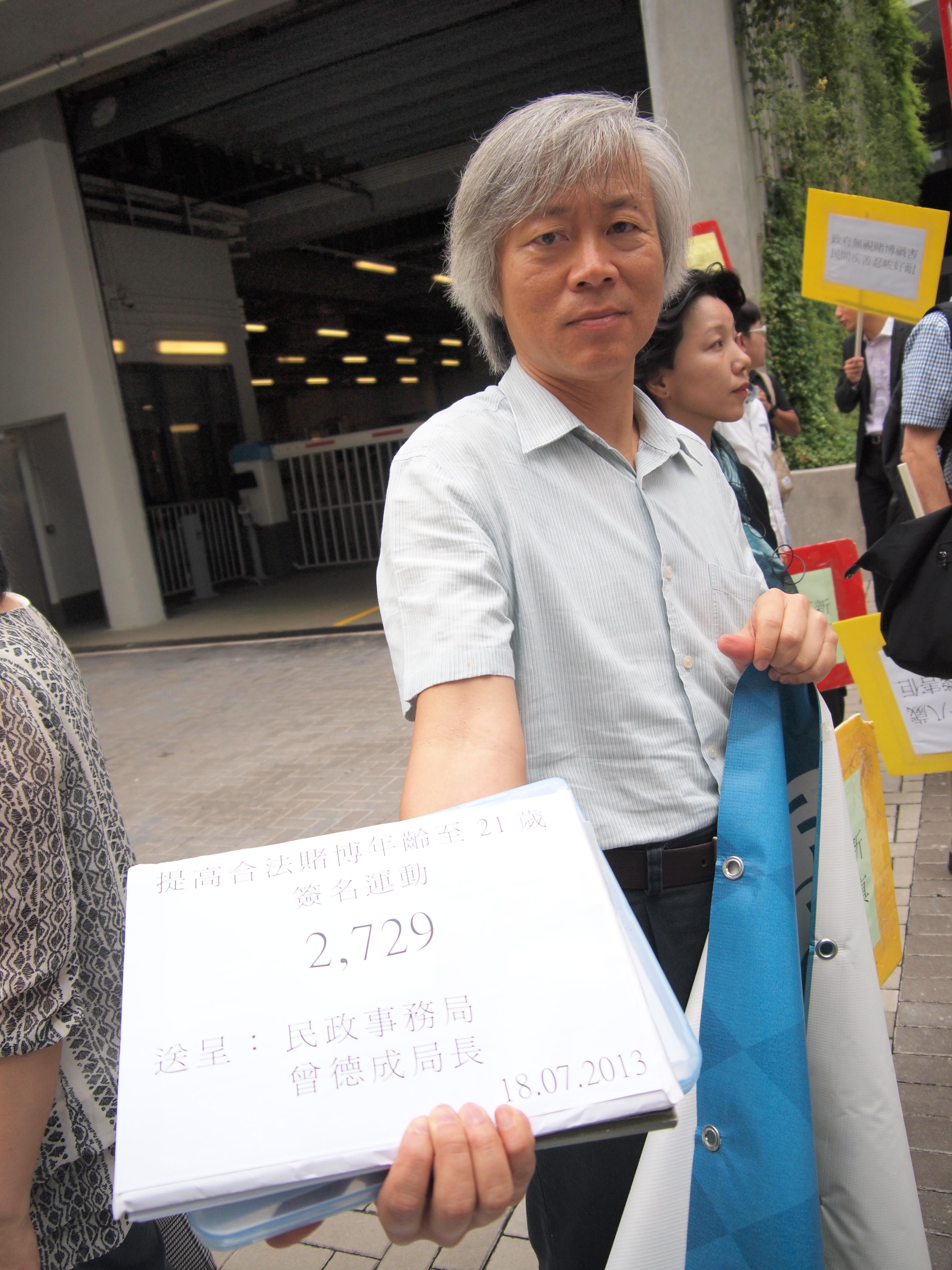 鄧耀祖將信件交予官員